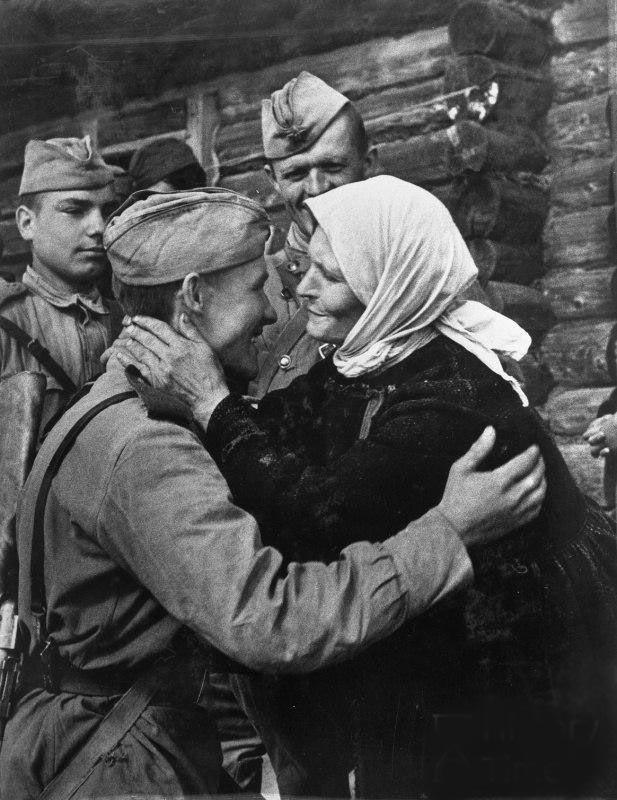 Советский солдат встретился с матерью