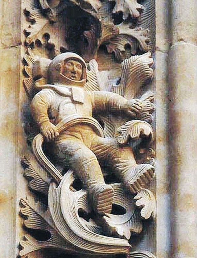 Астронавт на стене собора 1