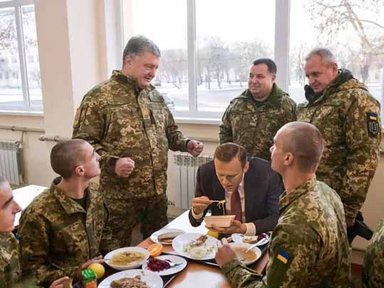 Навальный ест лапшу